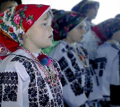 http://croatia.org/crown/content_images/2009/karasevo/karasevo_djevojcica_u_crvenoj_marami.jpg
